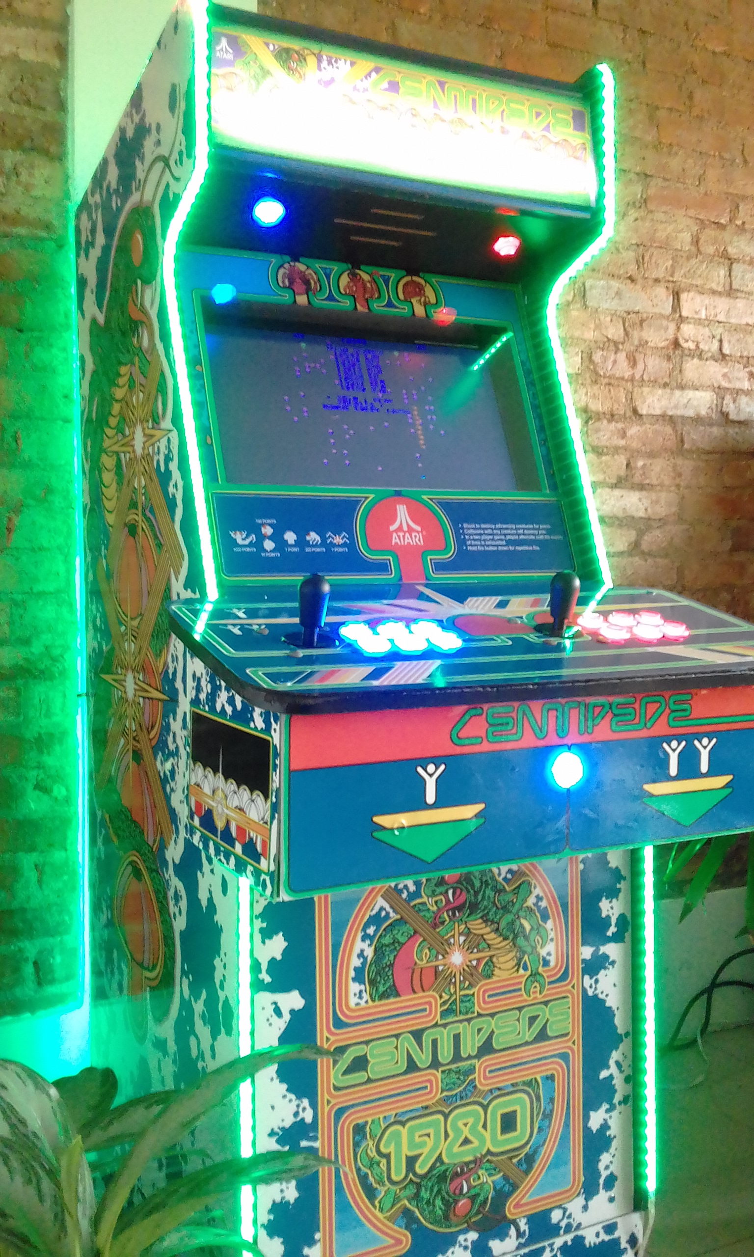 ARCADE CENTIPEDE GAME MACHINE IN COSTA RICA.jpg